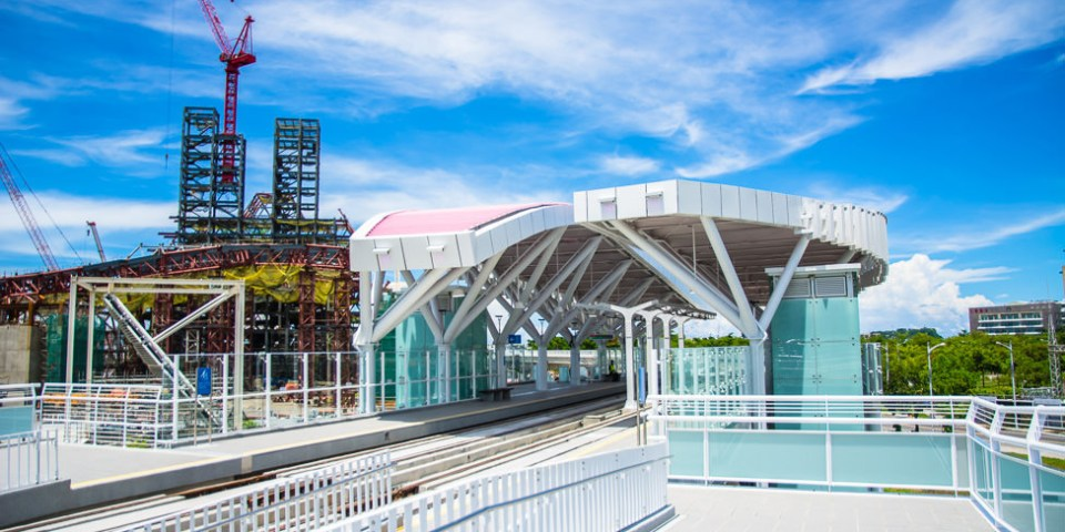  高雄景點 輕軌全線唯一高架站,真愛碼頭站