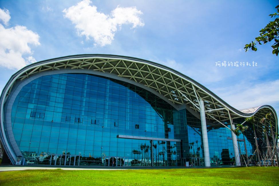  高雄景點 高雄展覽館,特殊波浪式屋頂造型,是高雄港都的新地標之一