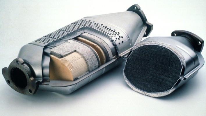 Olores que indican problemas en tu auto: Catalizador de autos