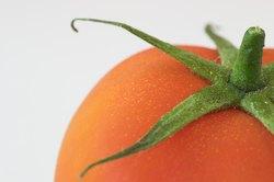 Procure aberturas na pele do tomate