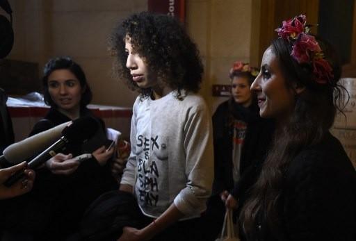 Elvire Duvelle-Charles (C), membre du groupe féministe Femen à la sortie du tribunal le 29 octobre 2015.