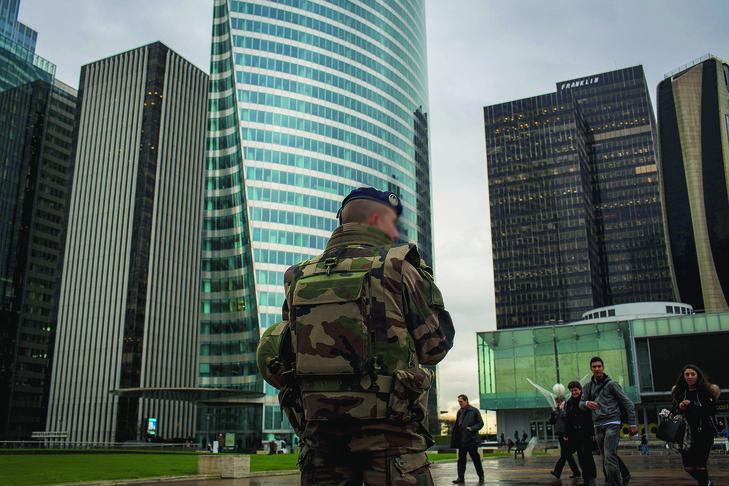 Patrouille de l'armée française dans le quartier d'affaires de la Défense, à Paris.