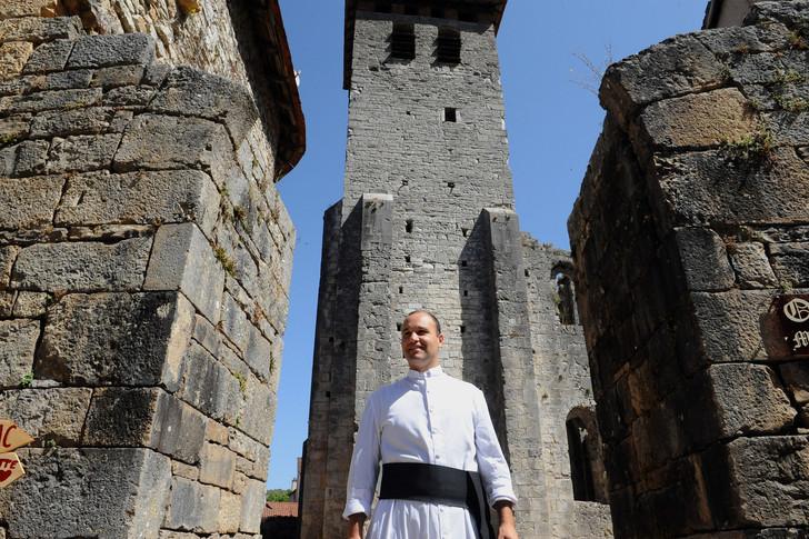 Le Père Guillaume Soury-Lavergne devant l'abbaye de Marcilhac-sur-Celé en août 2015.