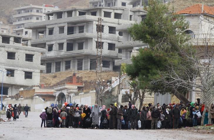 Des habitants de la localité assiégée de Madaya attendent un convoi d'aide de la Croix-Rouge syrienne, le 14 janvier 2016 / AFP/Archives