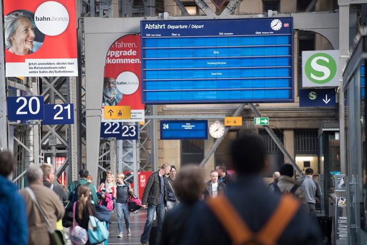 Un affichage électronique invite les voyageurs à regarder le calendrier analogique à la gare principale de Francfort-sur-le-Main, à l'ouest de l'Allemagne, le 13 mai 2017 / dpa/AFP