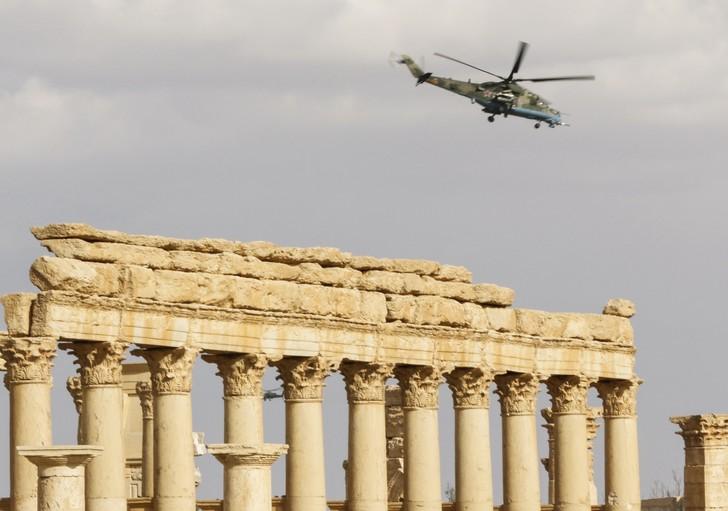 Un hélicoptère russe volant au-dessus de la cité antique syrienne de Palmyre, le 4 mars 2017 / AFP/Archives