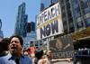 Des manifestants rassemblés à New York, le 2 juillet 2017 demandent le remplacem...