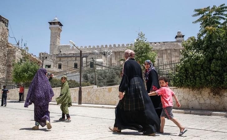 Des Palestiniens près du Tombeau des Patriarches, également appelé Mosquée d'Ibrahim, le 7 juillet à Hébron / AFP