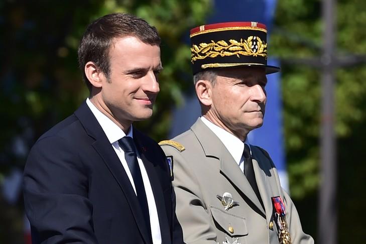 Le président Emmanuel Macron et le chef d'Etat major de l'armée, le général Pierre de Villiers, lors du défilé militaire, le 14 juillet 2017 à Paris / POOL/AFP