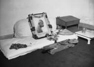 Un retrato de Mahatma Gandhi se instala el 6 de febrero de 1948 en el dormitorio o ...