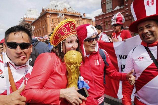 Des supporters de l'équipe péruvienne sur la place Manezhnaya à Moscou, le 14 juin 2018 /AFP