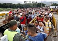 Des citoyens vénézuéliens traversent le pont Simón Bolívar qui relie le Venezuela ...