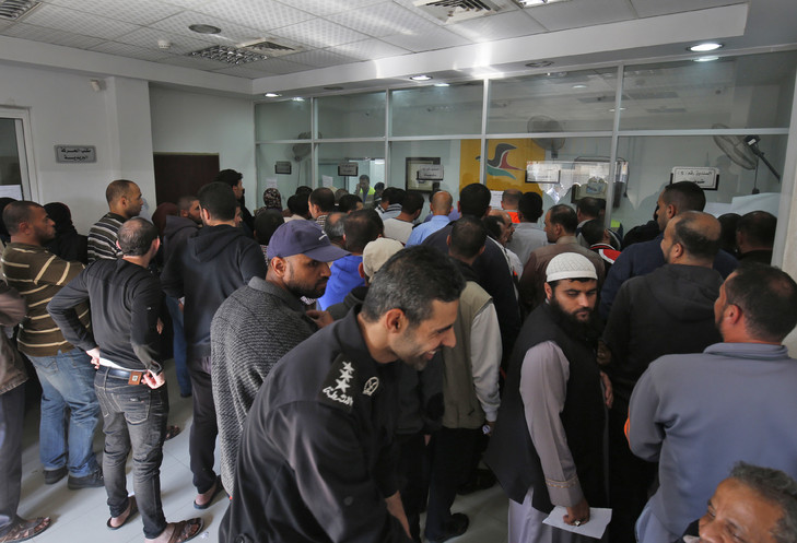 The Palestinians will line up on November 9, 2018 at the Rafah post office in the southern part of the Gaza Strip for pay or help / AFP
