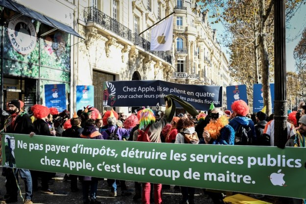 Activists of the anti-globalization organization Attac gathered on 18 November 2018 in front of the Apple Store on the Champs-Elysées, to denounce the tax evasion practices of multinationals such as the computer giant / AFP