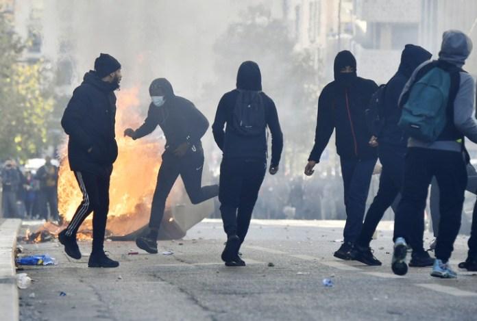 Des manifestants jettent des projectiles en direction des forces de l'ordre à Marseille, 6 December 2018 / AFP