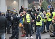 Des gilets jaunes face aux CRS à Amiens, samedi 29 décembre.