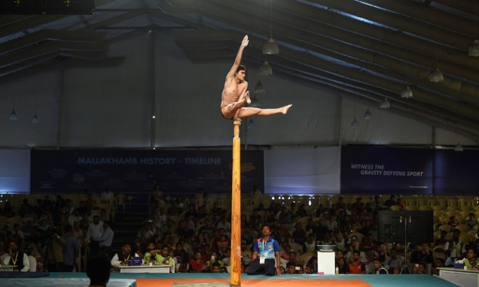 Athlete stands on top of pole at Mallakhamb World Championships in Mumbai, February 16, 2019 / AFP / Archives