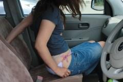 密着した車内で思わず襲いたくなる美脚太もも画像