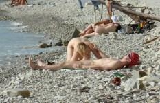ヌーディストビーチでセックスする開放感が半端なく羨ましいエロ画像