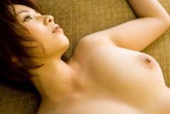 仰向けになってリラックスした感じの全裸女の子