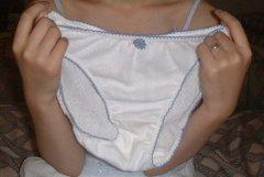脱いだパンツと一緒に写っているブルセラ風なエロ画像