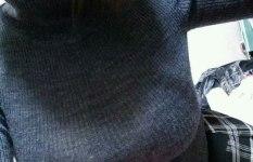 胸の膨らみに目がいってしまうニット・セーター姿の女の子画像