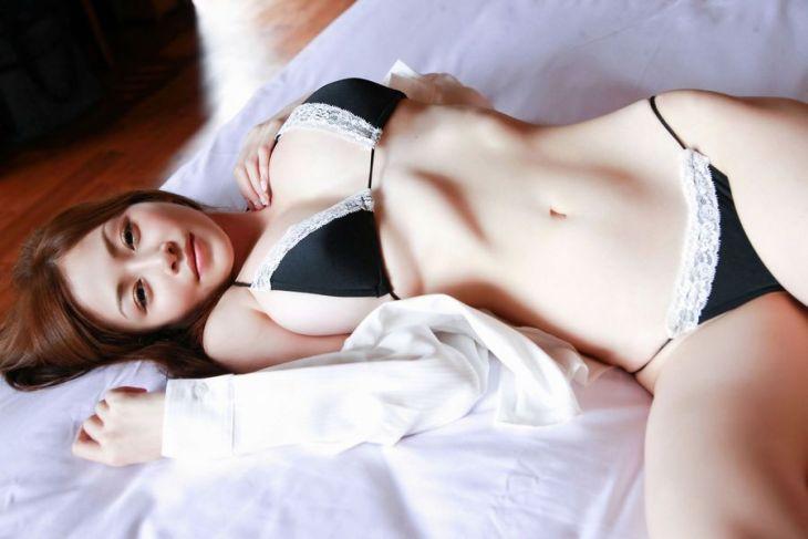 美しいくびれを持つ女の子のエロ画像16