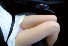 助手席や運転席で楽しむ色白太もも画像