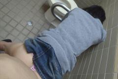 トイレでフェラしたりセックスしているエロ画像