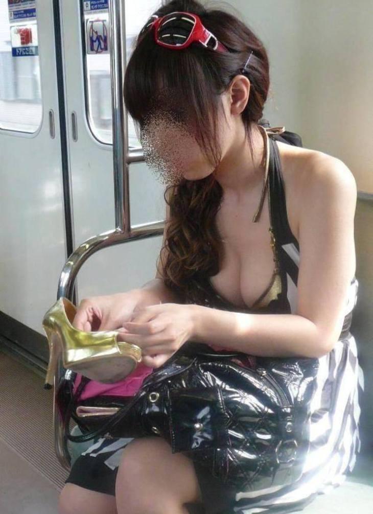 電車内で着衣巨乳を撮った街撮り画像13