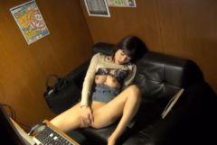 ネットカフェの個室でオナニーをしているエロ画像
