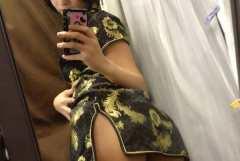 チャイナドレスを着た女の子の自撮り画像