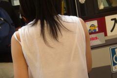 白いシャツからブラ透けしてるのに街を闊歩する女性たち