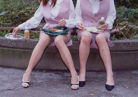 【パンチラ】意識が食べ物にいってる時のオナゴは隙だらけw19