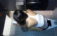 【流出】マジモンっぽい上から覗かれた女子トイレ盗撮画像