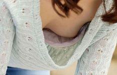 胸元ユルユルの貧乳素人さんが無防備な前屈みで胸チラ / Page 3 / Page 3 / Page 3
