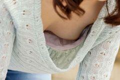 胸元ユルユルの貧乳素人さんが無防備な前屈みで胸チラ
