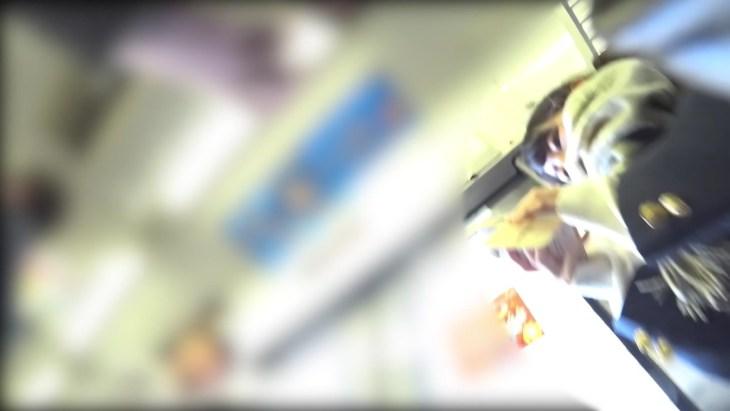 【顔出し】スマホに夢中な無防備JK 電車内で逆さ撮りパンチラ撮られるw1