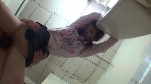 合意の上かレイプされているか判断つかない公衆トイレでのエロ画像4