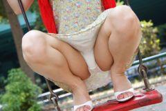 無邪気に公園の遊具で遊んいるわけではない昭和のエロ本的なパンチラ画像