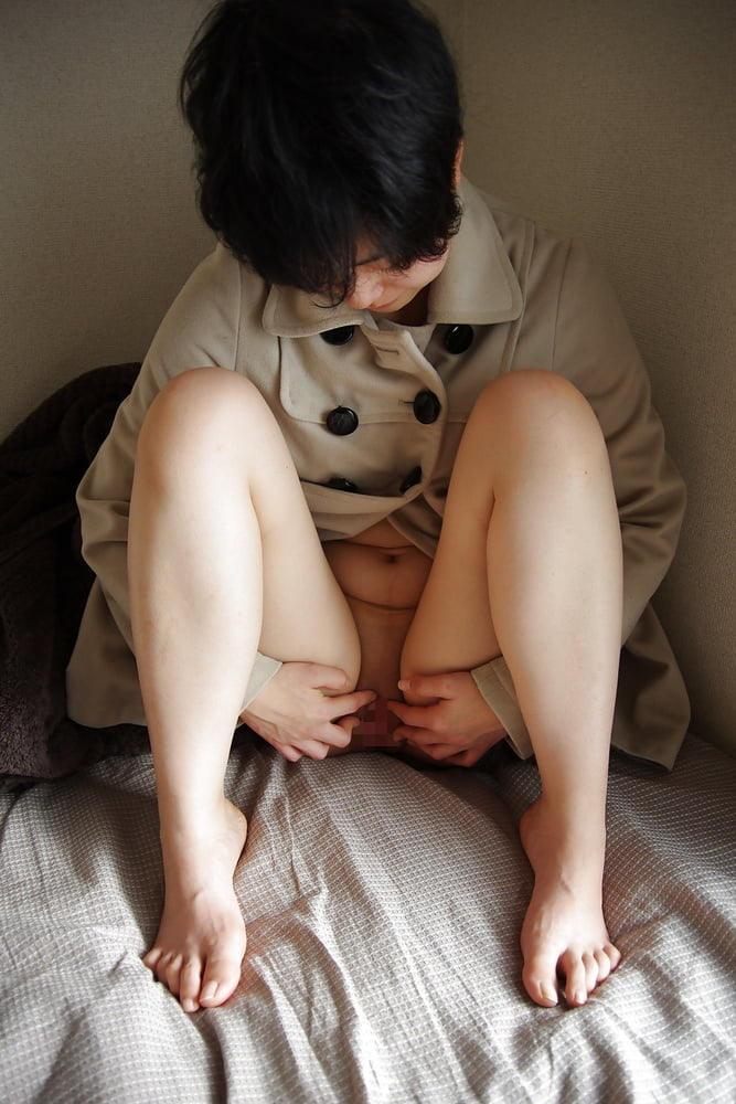性器が丸見え!キレイに剃ってあるパイパン女の子のエロ画像 Vol.71