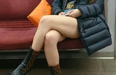 電車で対面に座ってる女性の太ももを狙った脚フェチさんの隠し撮り画像がリアル過ぎるw