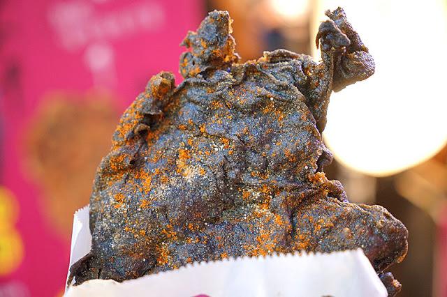 逢甲墨魚雞排│黑壓壓的一片這是雞排炸焦了嗎?噢不,這其實是墨魚口味拉