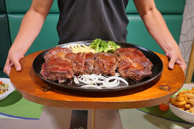 台中牛排大叔南屯永春店│挑戰傳說中80oz牛排還有牛肉蔬菜湯吃到飽,到六月底雞豬牛排餐只要190元約訪