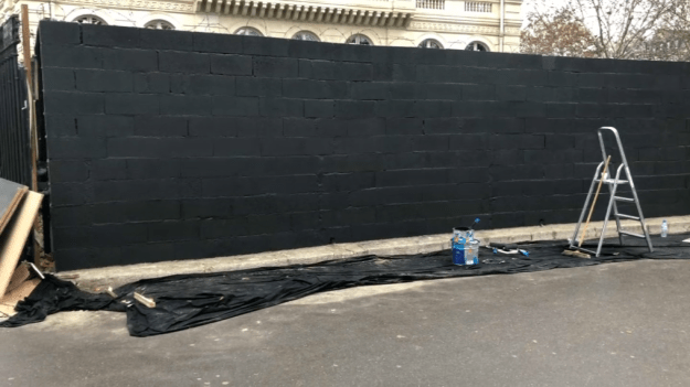A brasserie at the roundabout of Etoile has raised a wall in front of his establishment.