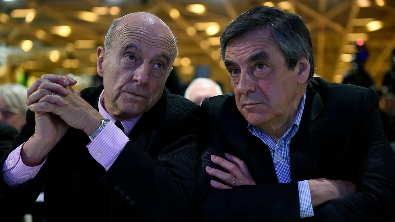French right-wing Les Republicains (LR) party member, foreseen as the frontrunner for next year's presidential election, Alain Juppe (L) and former French Prime Minister and right-wing Les Republicains (LR) parliament member Francois Fillon (R) look on during the LR National Council on February 13, 2016 in Paris. AFP PHOTO / LIONEL BONAVENTURE  LIONEL BONAVENTURE / AFP