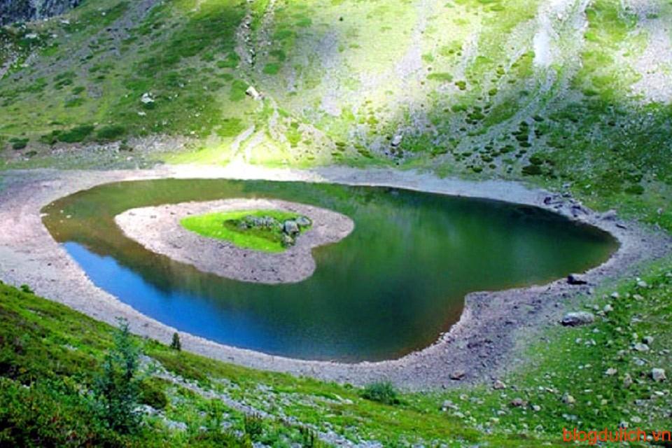 Cả hồ nước vào hòn đảo đều hình trái tim