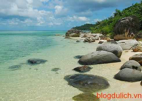 Biển Phú Quốc với làn nước xanh trong có thể nhìn thấy đáy