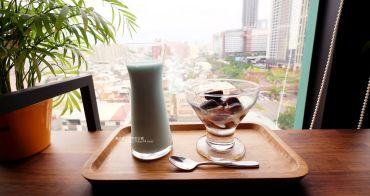 台中西屯│光明客棧idea Lab CAFE十樓咖啡館-吧台區擁有俯瞰台中市景觀的放空窗景.如果有夜景就更讚了.藏身亞太總部裡的秘密咖啡館