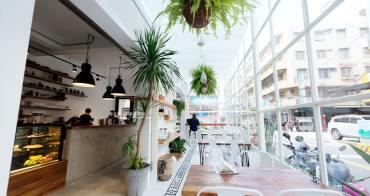 台中西區│斑馬公寓咖啡-白色唯美、綠意點綴視覺系玻璃屋,還有網美必拍斑馬打卡牆喔